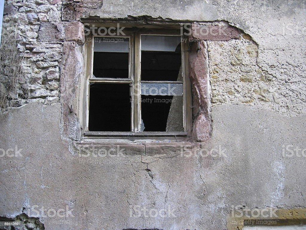 Vieille fenêtre cassé photo libre de droits