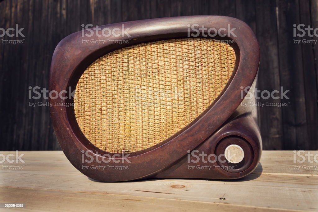 Old brown vintage bakelite radio on wooden background photo libre de droits