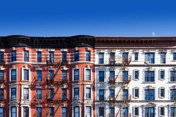 Old building in New York City with blue sky background - foto de acervo