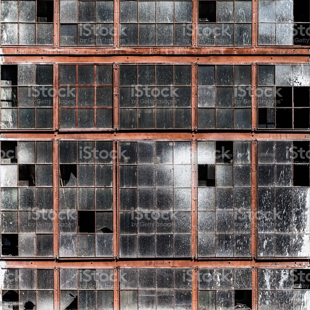 Alte Gebäudewand mit schmutzigen zerbrochenen Fenster Glas – Foto