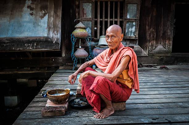stary burmese monk w mandalay, myanmar - burma home do zdjęcia i obrazy z banku zdjęć