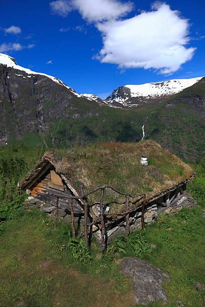 alter kabine in norwegen green mountain landschaft, skandinavien - hobbit häuser stock-fotos und bilder