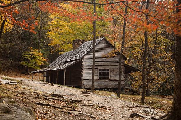 old cabin in the smokies - kütük ev stok fotoğraflar ve resimler
