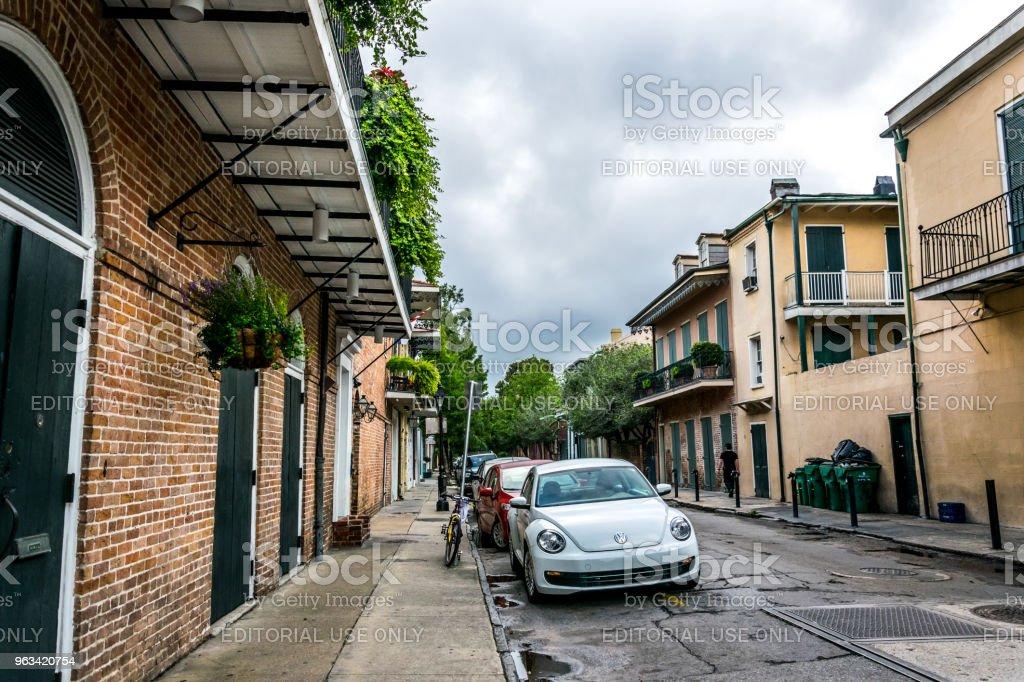 Stary samochód na ulicy Bourbon. Dzielnica Francuska Nowego Orleanu, Luizjana, Stany Zjednoczone - Zbiór zdjęć royalty-free (Architektura)