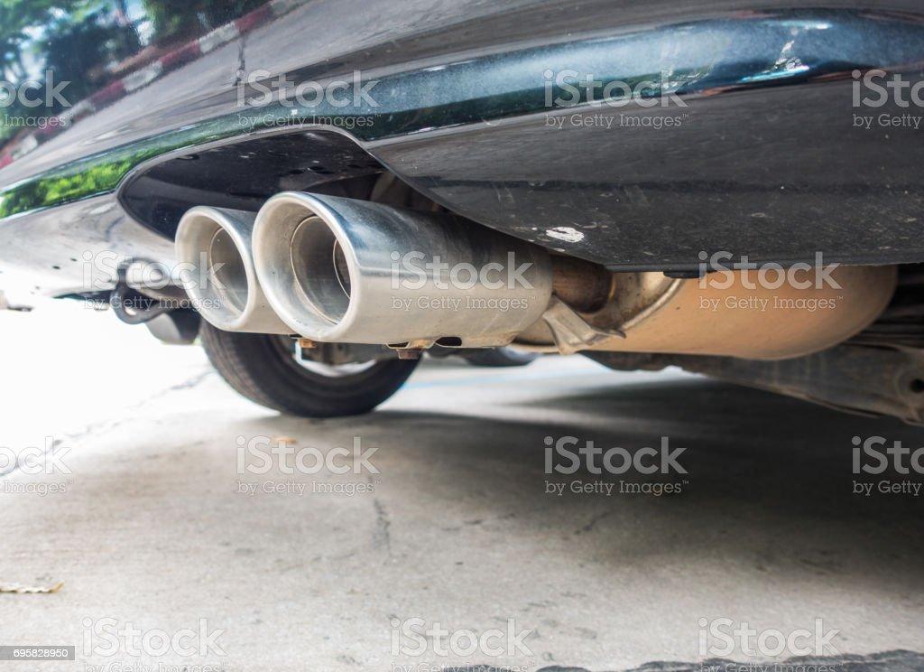 Antigua pipa de coche. Exhaust.Double tubos de escape de un coche - foto de stock