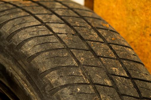 오래 된 자동차 타이어 보 질감 배경 행 한다 자동차 타이어의 수호자에 밖으로 착용 사용 된 바퀴 닫습니다 0명에 대한 스톡 사진 및 기타 이미지