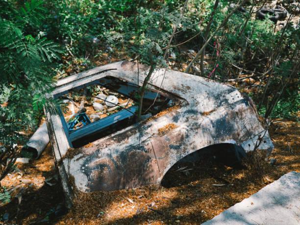 alte autowracks, die übrig geblieben sind - garagen pergola stock-fotos und bilder