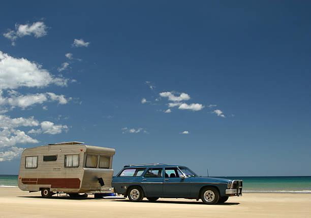 old caravan & auto am strand - kombi stock-fotos und bilder
