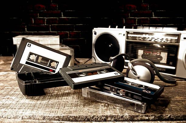 Old Kassette Bänder und Spieler auf Holz Oberfläche – Foto