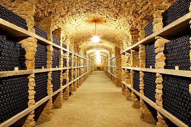 alte keller des weingutes wine bottles in zukunft - weinkeller bauen stock-fotos und bilder