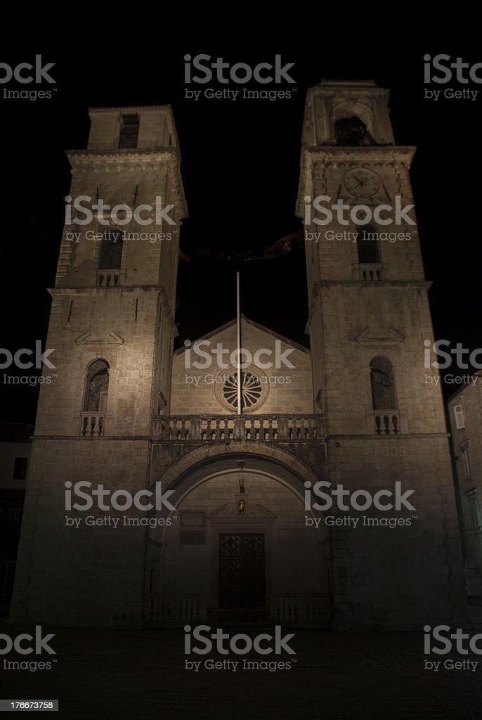 Iglesia vieja por la noche foto de stock libre de derechos