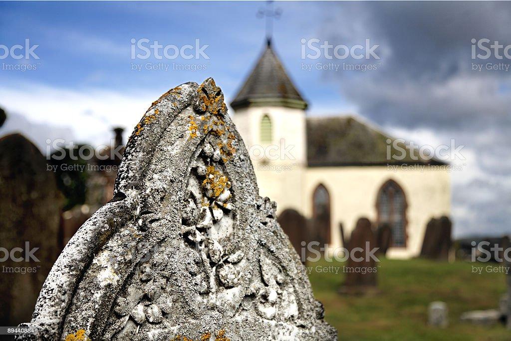 Stary przykościelnym z Zniszczony przez warunki atmosferyczne Nagrobek zbiór zdjęć royalty-free