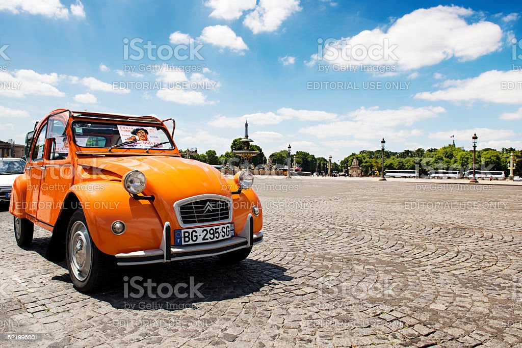Old Citroën 2CV garées sur la Place de la Concorde - Photo