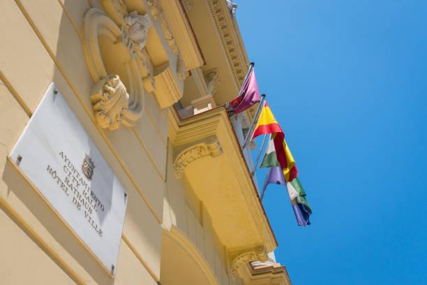 antiguo ayuntamiento - andalusian flag fotografías e imágenes de stock