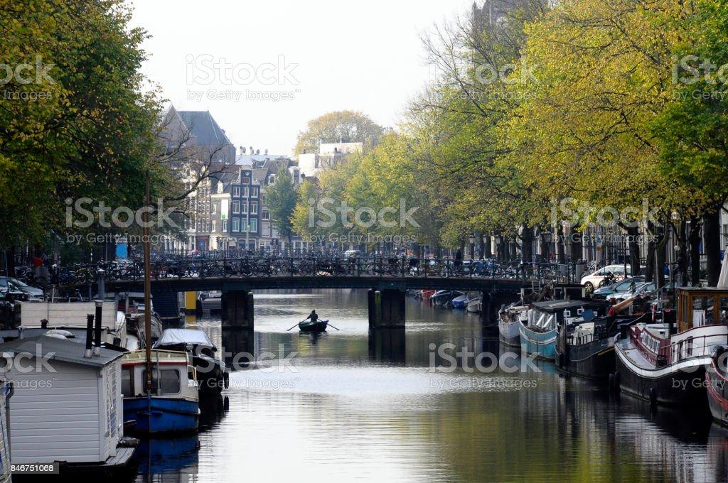 Casas de cidade antiga, ao longo do canal em Amsterdã, Holanda - foto de acervo