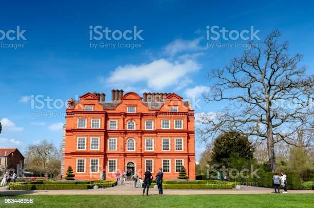 Stary Klasyczny Budynek Holenderskiego Domu Jednej Z Niewielu Zachowanych Części Kompleksu Kew Palace Położonej W Kew Gardens Nad Brzegiem Tamizy W Górę Rzeki Od Londynu - zdjęcia stockowe i więcej obrazów Kew Gardens