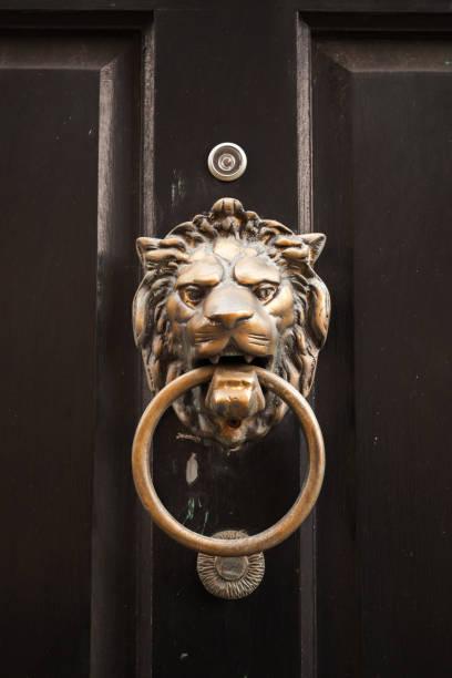 사자 머리 모양의 오래된 클래식 문 손잡이 - 노커 뉴스 사진 이미지