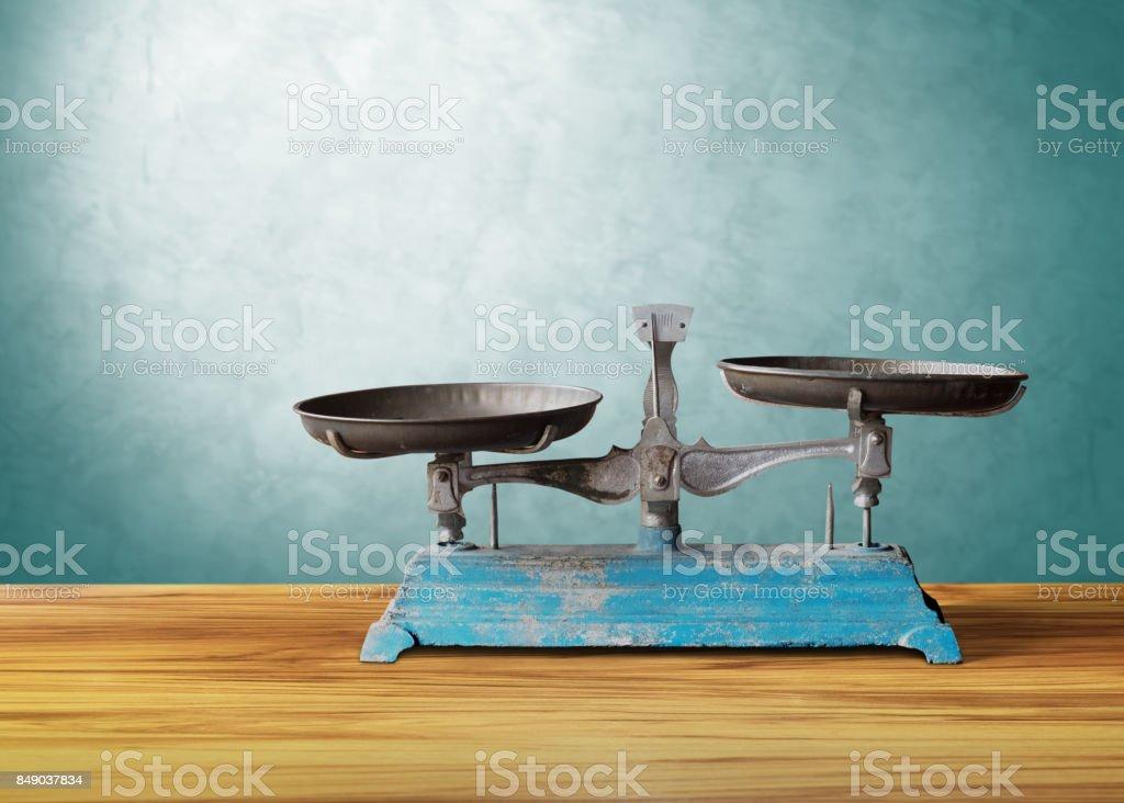 escala vintage clásico antiguo en madera mesa, justicia - foto de stock