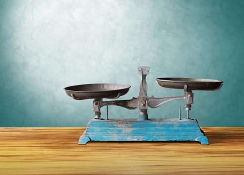 木製のテーブル正義に古いクラシック ビンテージ スケール - てんびん座のストックフォトや画像を多数ご用意