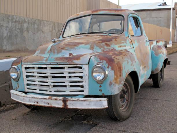 alte klassische oldtimer lkw in arizona, usa - alte wagen stock-fotos und bilder