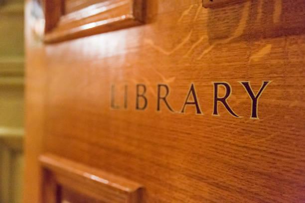 alte klassische bibliothek eingang/ausgang zeichen - bibliothekschilder stock-fotos und bilder