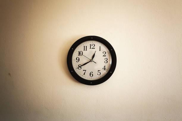reloj antiguo en la pared - wall clock fotografías e imágenes de stock