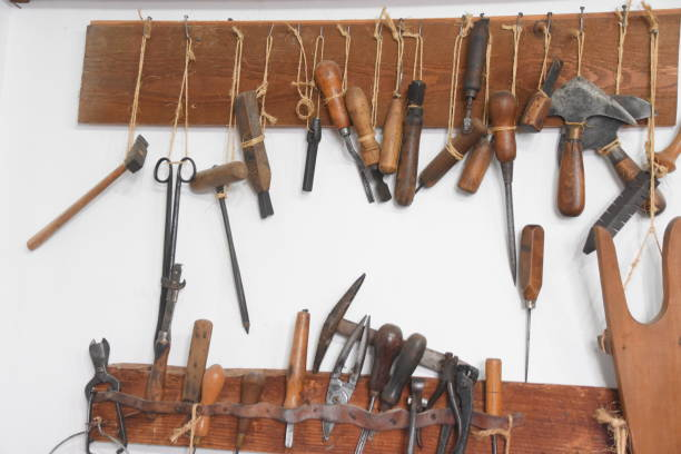 gammal skomakare verkstad med verktyg och reservdelar - remmar godis bildbanksfoton och bilder