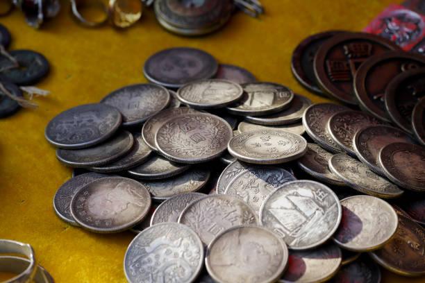 Alte Münzen zum Verkauf in einem Markt in Yunnan, China – Foto