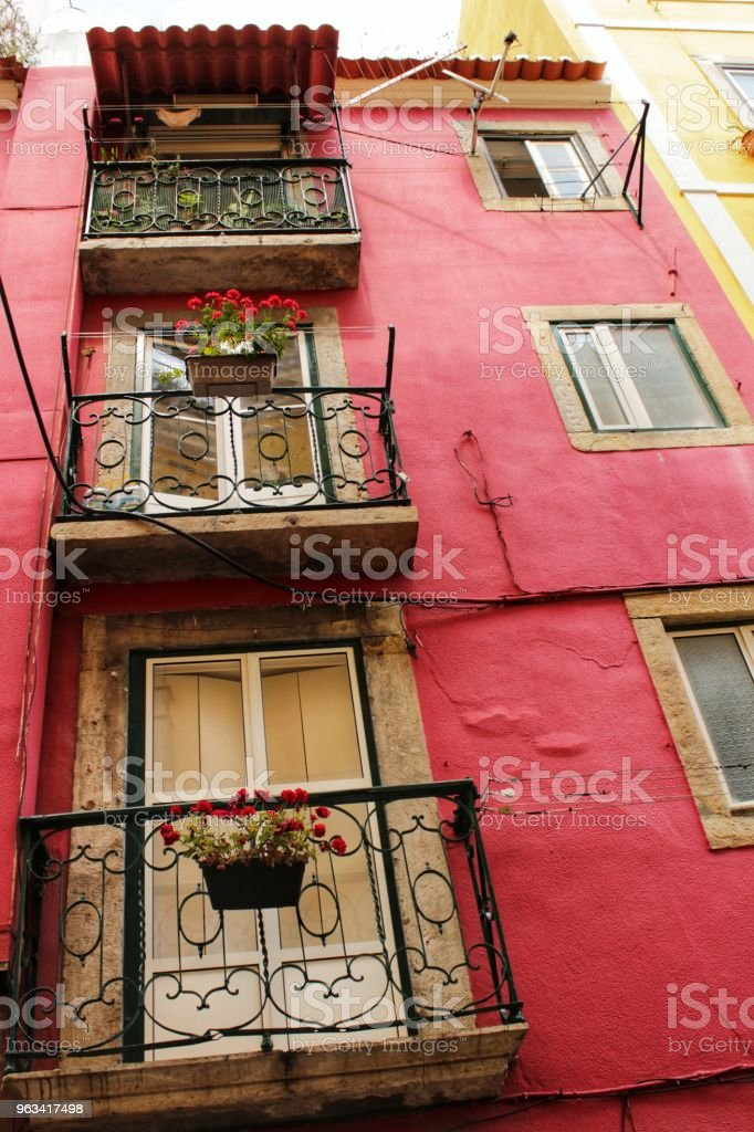 Vieilles façades colorées et carrelage à Lisbonne - Photo de A l'abandon libre de droits