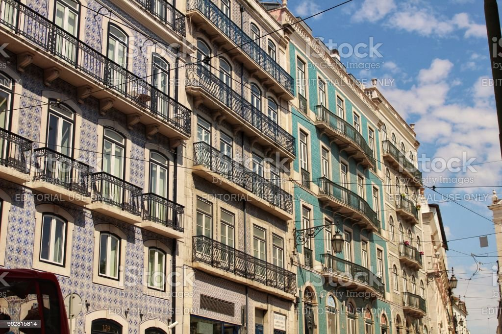 Old colorful houses and streets of Lisbon - Foto stock royalty-free di Ambientazione esterna