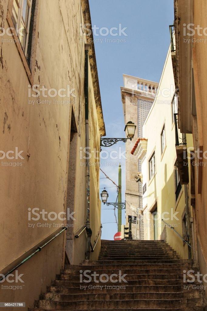 Old colorful houses and streets of Lisbon - Zbiór zdjęć royalty-free (Architektura)