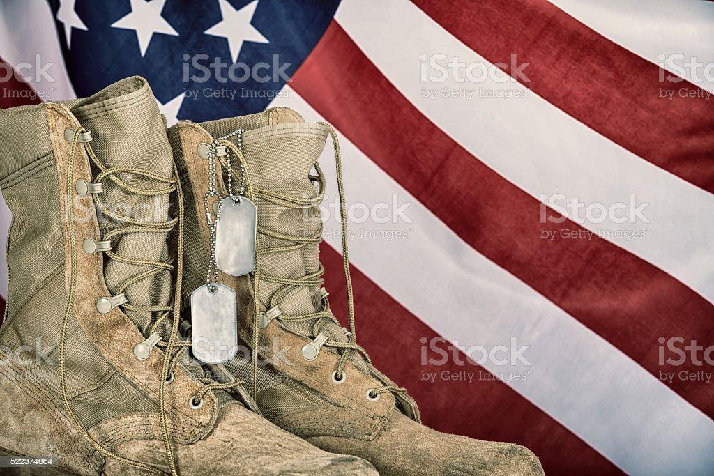 Старый Армейские ботинки и Собака теги с американским флагом стоковое фото