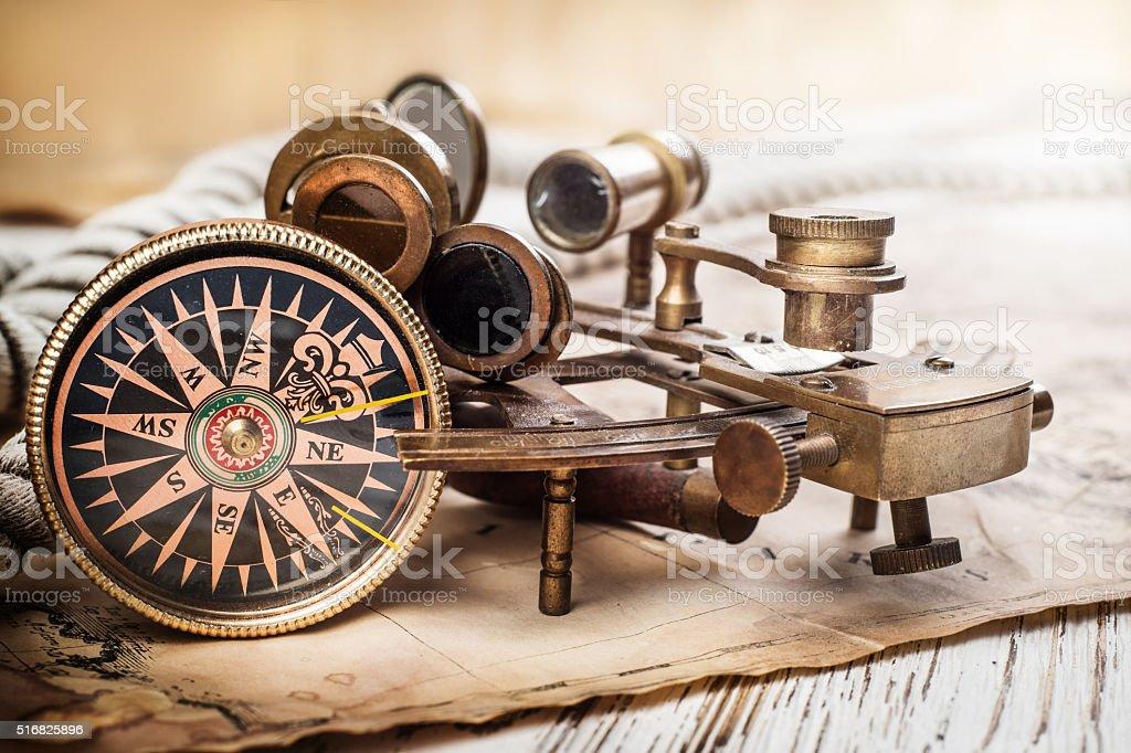 Antigua brújula, astrolabio en Vintage mapa. - foto de stock