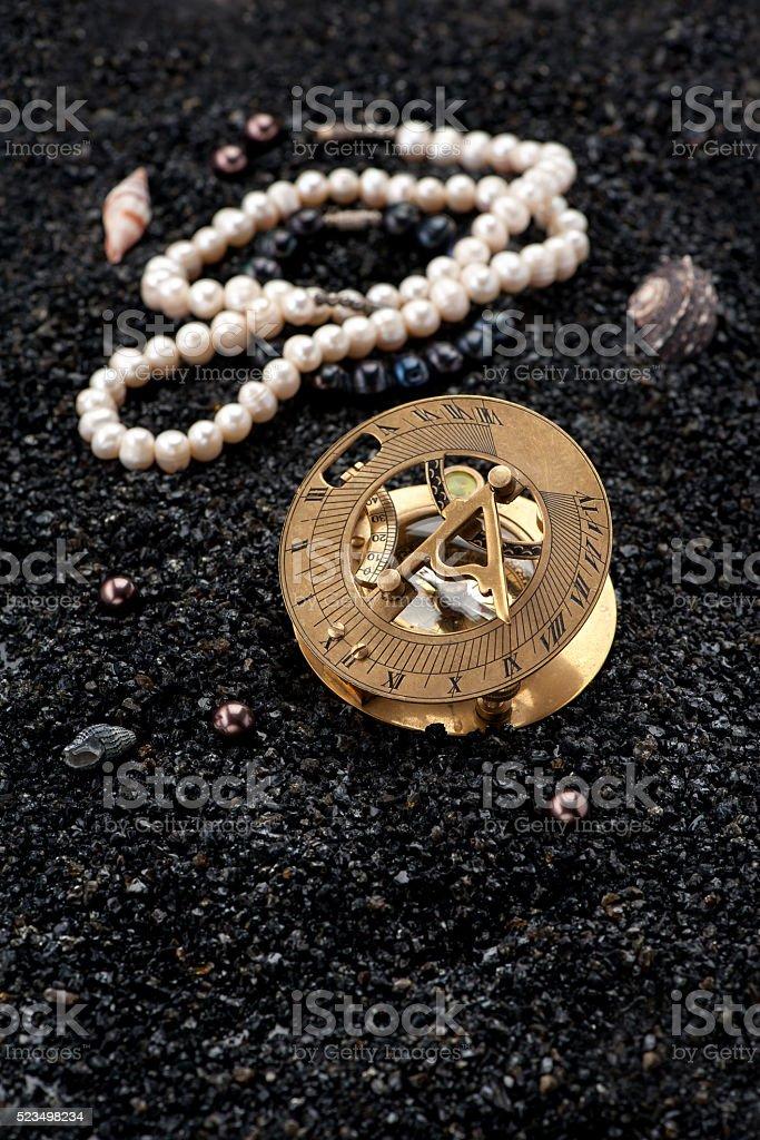 9f61ecdf8f0a Antigua Brújula Reloj De Sol Y Tesoros Foto de stock y más banco de ...