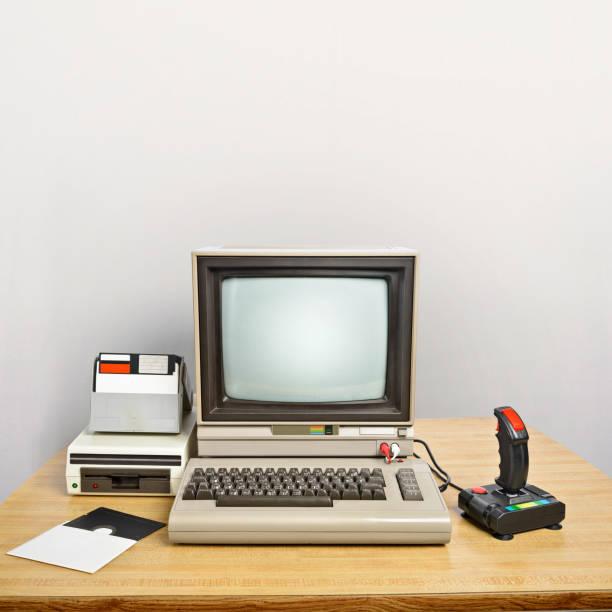 old computer on a desk - historycyzm zdjęcia i obrazy z banku zdjęć