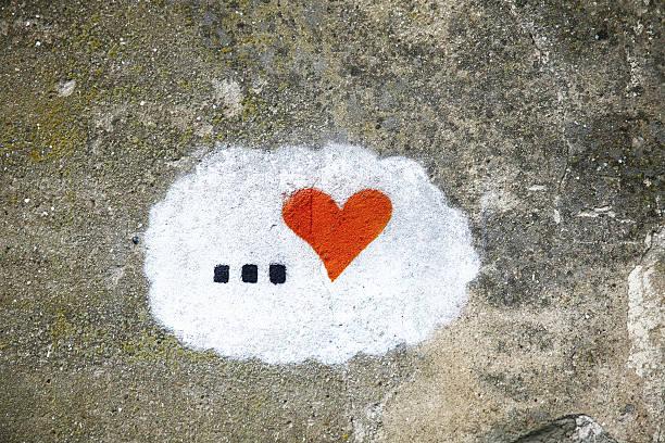 old betonwand-hintergrund mit handbemalten herz - sprüche für die liebe stock-fotos und bilder