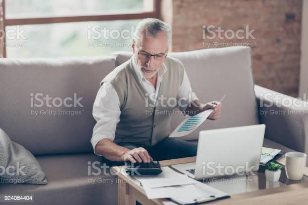 Abuelo Barbudo Concentrado Inteligente Seguro Viejo Es Verificar Sus Cálculos Sentado Delante Del Monitor En La Oficina Foto de stock y más banco de imágenes de Accesorio para ojos