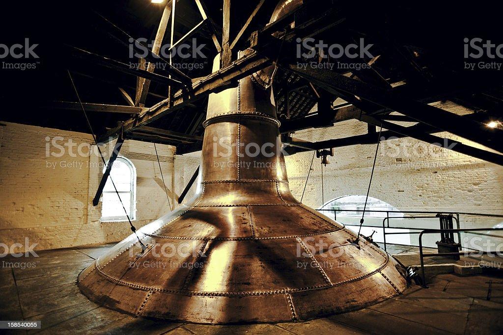 Destilería de whisky cobre antiguo washback en Irlanda - foto de stock