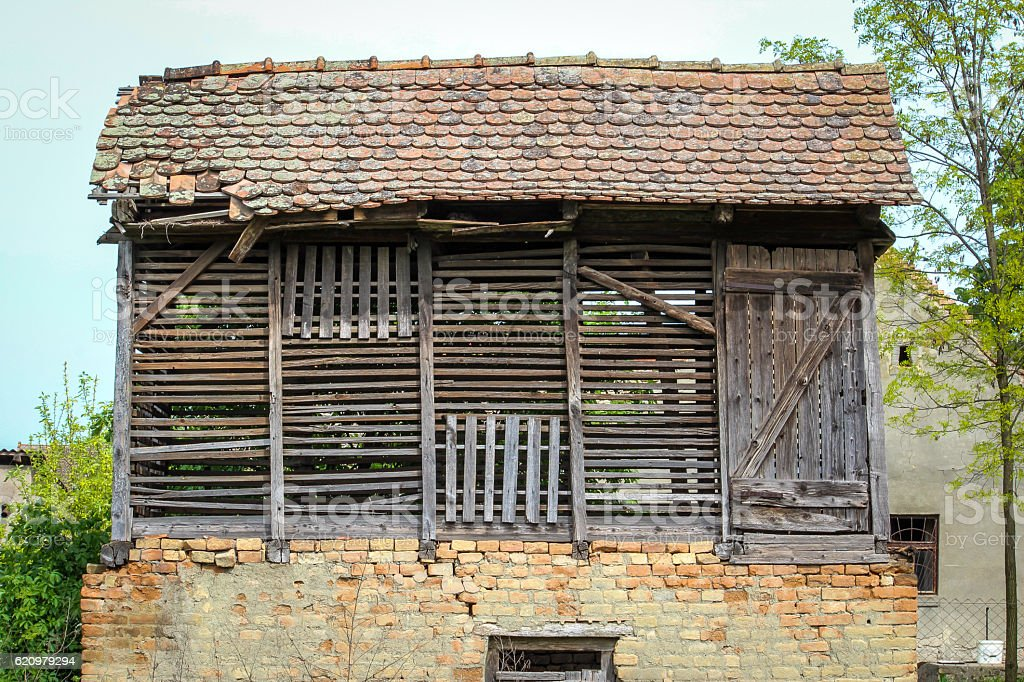 Old corn barn in Serbian village foto royalty-free