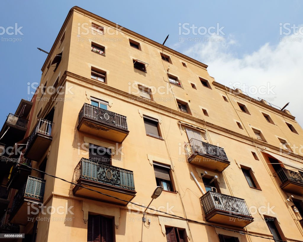 BARCELONA - JULY 29, 2016: Old corner building in Gothic Quarter, low angle view 免版稅 stock photo