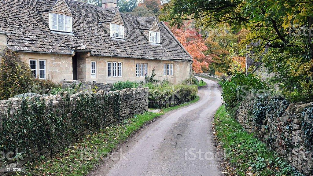 Vecchio Cottage e Strada di campagna - foto stock