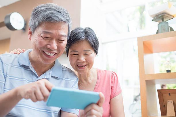 old couple look smaprt phone – Foto