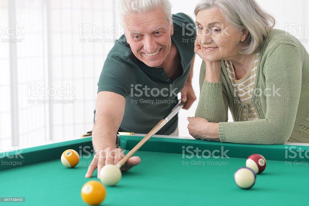 Altes Paar spielen Billard – Foto