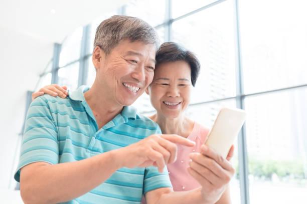 altes Ehepaar verwenden Telefon – Foto
