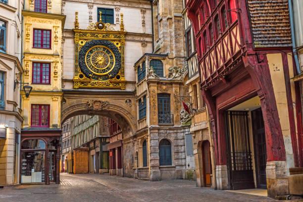 famos 偉大な時計とルーアン ルーアン、ノルマンディー、フランスのルーアンの通り古いコージー - ヨーロッパ文化 ストックフォトと画像