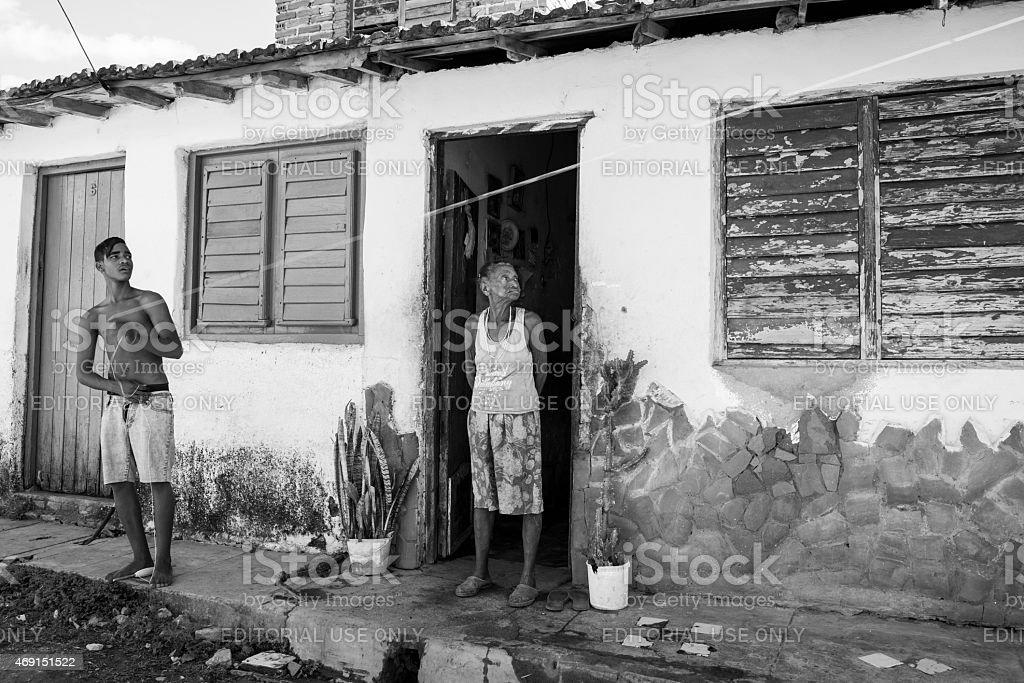 Old Cubano Mientras Disfruta De Una Mujer Volando Cometa En