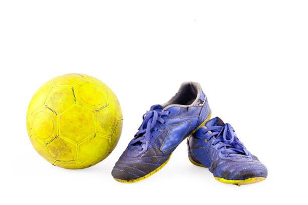Alte beschädigte synthetische Futsal und Schuhe und alten gelben Futsal Ball auf weißem Hintergrund Hallenfußball Objekt isoliert – Foto