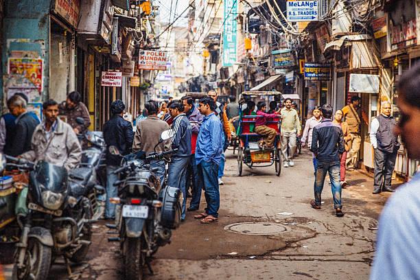 old delhi street scene - oude stad stockfoto's en -beelden