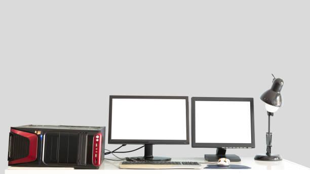 Alten Desktop-PC mit 2 Monitoren auf Schreibtisch isoliert. – Foto