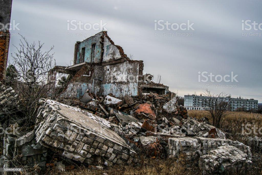 Ancien détruit un multi-étages abandonnés à un militaire t - Photo